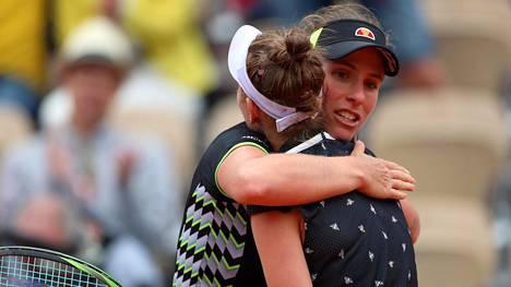 Johanna Konta onnitteli Marketa Voundrousovaa tämän voitosta. Kontalla ei ollut järjestäjistä yhtä hyvää sanottavaa.