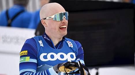 Iivo Niskanen hiihtää miesten viestissä toisen perinteisen osuuden.