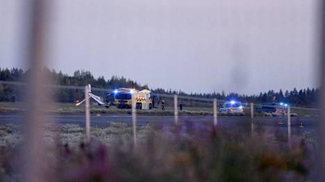 Pelastustöitä Pirkkalan lentokentällä vähän pienkoneen putoamisen jälkeen.
