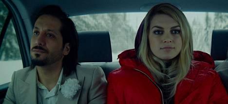 Aurora-elokuvassa kohtaavat epätoivoiset ihmiset: Darian (Amir Escandari) tarvitsee turvapaikan. Auroralla (Mimosa Willamo) taas on ongelmia jo itsensäkin kanssa.