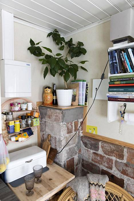 Mökin huoneessa on kaikki tarpeellinen: keittiötila, pieni ruokapöytä sekä sohva, jonka saa vedettyä leveäksi sängyksi.