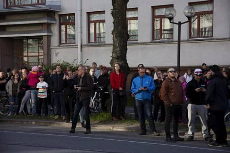 Yleisöä seuraamassa paloa. Keskuskartano on Porissa erittäin näkyvä ja tunnettu rakennus.