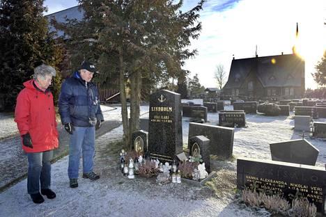 Eila ja Raimo Jokisalo Olli Lindholmin haudalla Pomarkun hautausmaalla.