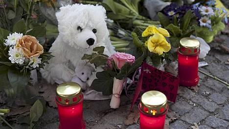 Berliiniläiset muistivat kuollutta Knutia kukin ja kynttilöin.