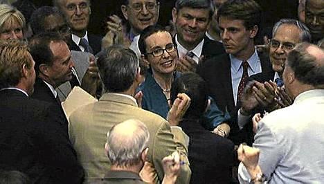 Gabrielle Giffords sai taputuksia ja onnitteluja puolueesta riippumatta.