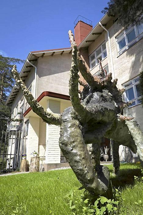 Taitelija Ilja Westin ateljee Taideparatiisin pihalla olevat eläinhahmot kiinnostavat varmasti myös lapsia.