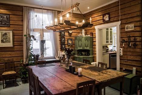 Ruokapöydän ympärillä olevat tuolit on numeroitu. Alun perin tuoleja  tarvittiin juhlasalissa.