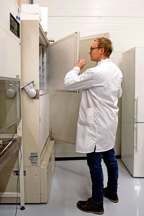 EniferBio-yhtiön tieteellinen johtaja Anssi Rantasalo avaa syväpakastimen oven, jossa pekiloa säilytetään –81 asteessa.