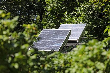 Rantalan mökkiin tulee sähköä aurinkopaneelista.