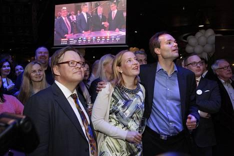 Kokoomuksen vaalivalvojaiset ravintola Maxinessa, Juhana Vartiainen, Sanna Lauslahti ja Kai Mykkänen (oik.).