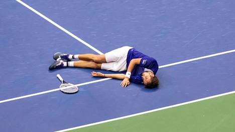 Daniil Medvedev voitti US Openin – ja kellahti sen jälkeen kentän pintaan.