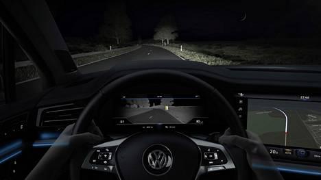Asiantuntijat korostavat, että auton valoihin pitää perehtyä ennen liikkeellelähtöä. Kuvassa näkyy Volkswagen Touaregin ohjaamo. Touaregin lämpökamera avustaa kuskia ja paljastaa esimerkiksi pimeässä kulkevan ihmisen.