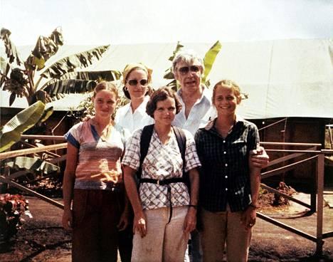 Kongressiedustaja Leo Ryan ja Phyllis, Judy sekä Patty Houston Jonestownissa.
