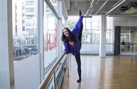 Anitra Ahtola opettaa tanssikoulussaan  muun muassa balettia 9-vuotiaille lapsille.