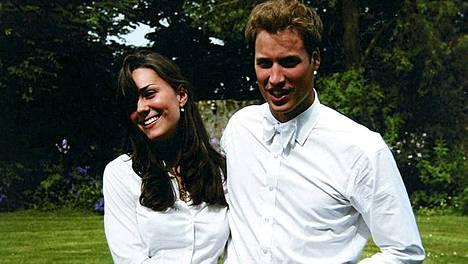 Kate Middletonista tulee nyt kuningasperheen jäsen, mutta samalla prinssi William liittyy Middletoneihin. Pariskunta poseeraa perhealbumissa Katen valmistujaispäivänä kesäkuussa 2005 otetussa kuvassa.