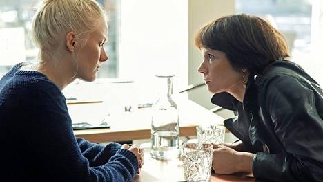 Mari Rantasila sai maaliskuussa parhaan naissivuosan Jussi-palkinnon roolistaan Henkesi edestä -elokuvassa. Pääosassa esiintyi Laura Birn (vas.).