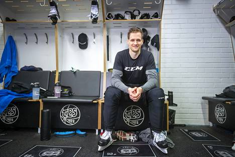 Lauri Korpikoski TPS:n pukuhuoneessa helmikuussa 2019.