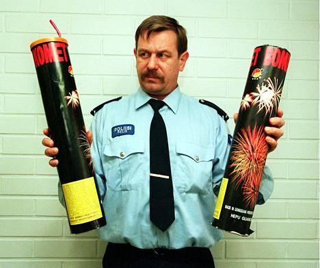 Vanhempi konstaapeli Markku Vuoti esitteli vaarallista ilotulitetta vuonna 1997.