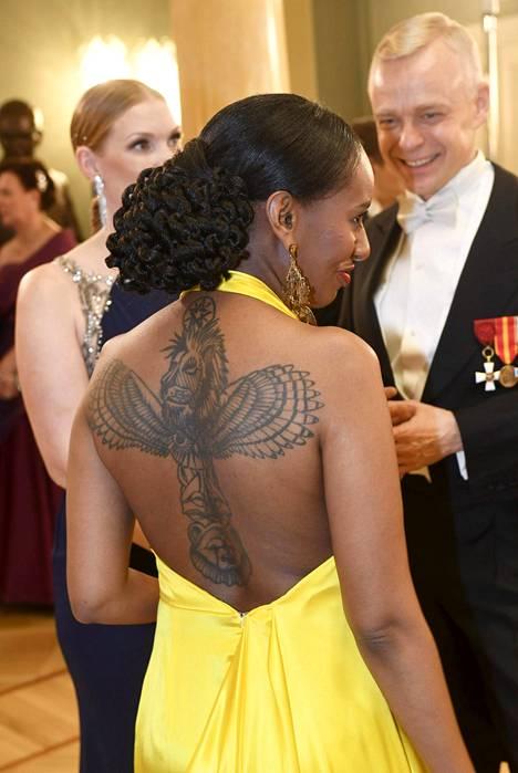Bella Forsgrenin asu paljasti selän valtavan tatuoinnin.
