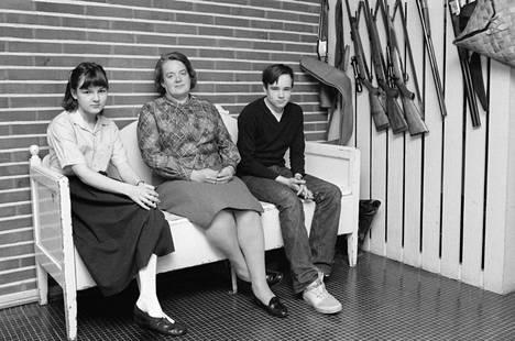 Pekka Herlinin vaimo Kirsti sekä nuorimmat lapset Niklas ja Ilona kotonaan Thorsvikin kartanossa 24. huhtikuuta 1979.