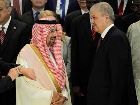 Saudi-Arabian energiaministeri Khalid al-Falih ja Algerian pääministeri Abdelmalek Sellal Opecin kokouksessa Algerissa