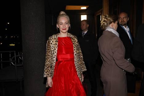 Lastenkirjailija Linda Liukas valitsi kauniin punaisen ja leveähelmaisen puvun Linnaan.