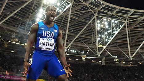 Justin Gatlin juhli voittoaan miesten satasella. Lontoon olympiastadionin yleisö ei ole arvosta Gatlinia, vaan he buuasivat hänelle.