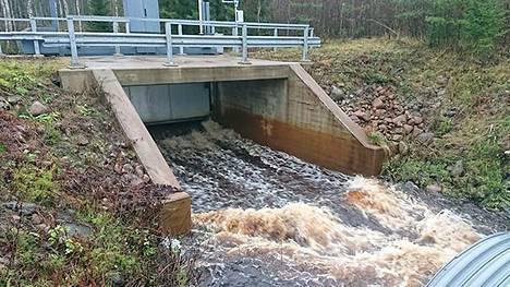 Pattijoen tulvaa leikataan juoksuttamalla vettä Haapajärven tekojärveen.
