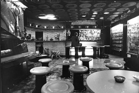 Kalevi Keihänen rakennutti Korpilinnan kellariin baarin, johon mahtui noin 20–30 henkeä.
