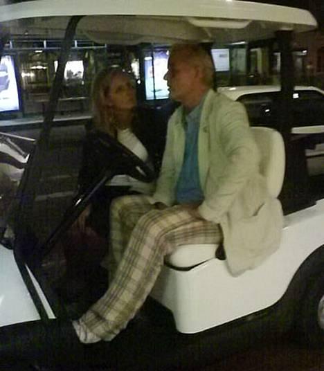 Bill Murray istuu tuntemattoman naisen kanssa golfautossa sen jälkeen, kun poliisi oli pysäyttänyt hänet Tukholmassa.