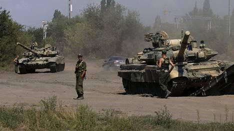 """Venäjä on koonnut vahvoja voimia Donin Rostovin alueelle. Kuvassa panssarivaunuja Ukrainan rajan lähellä sijaitsevassa Kamensk-Shaktinskissa. Alueelta on raportoitu satoja kuolemantapauksia """"sotaharjoituksissa"""", mutta järjestöt epäilevät sotilaiden kuolleen Itä-Ukrainan taisteluissa."""