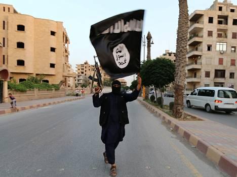 Isisin jäsen kantaa järjestön mustaa lippua Syyriassa.