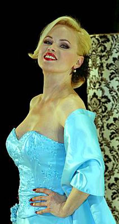 Myyttisen kaunis Helena Lindgren on tuore isoäiti. Eipä uskoisi!