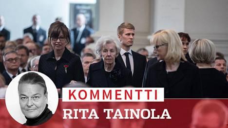 Rouva Tellervo Koivisto saapui Helsingin tuomiokirkkoon vierellään tyttärensä Assi Koivisto.