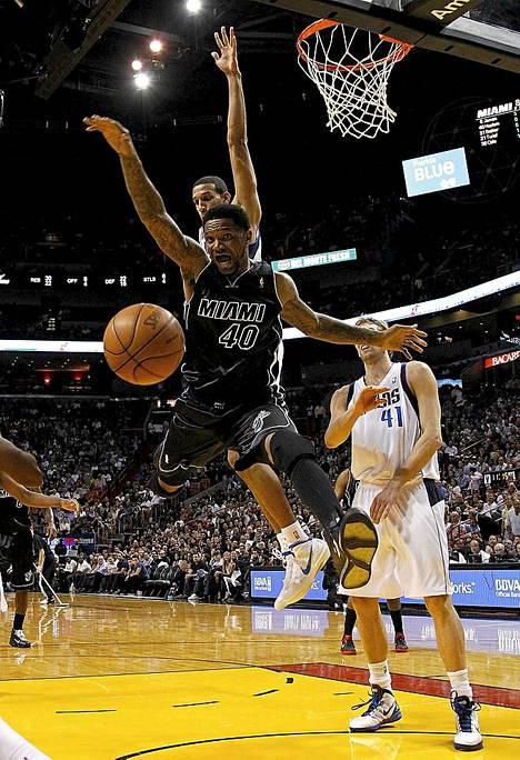 Miami Heatin Udonis Haslem pallontavoittelutilanteessa ottelussa Dallas Mavericksia vastaan.