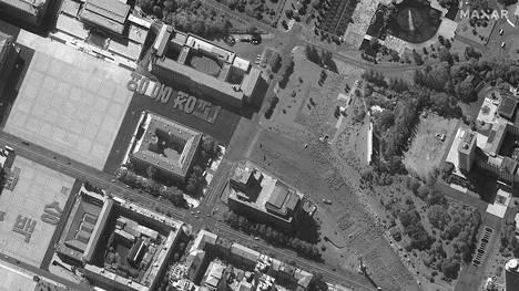 Syyskuun 17. päivänä otetussa satelliittikuvassa näkyy ihmisjoukkoja muodostelmissa Pohjois-Korean pääkaupungissa Pjongjangissa. Muodostelmien on arveltu liittyvän paraativalmisteluihin Korean työväenpuolueen 75-vuotisjuhlallisuuksien edellä.