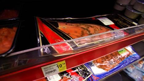 Kuvituskuvaa kaupassa myytävistä graavilohipakkauksista. Kyseiset lohet eivät liity tapaukseen.
