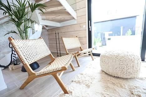 Kepeät, punotut puutuolit kuuluvat japandi-tyyliin. Suuria viherseiniä ei Asuntomessuilla nähdä, mutta yksittäiset kasvit tuovat koteihin eloa.