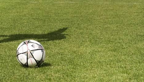 Brittijalkapalloon povataan konkurssiaaltoa. Kuvituskuva.