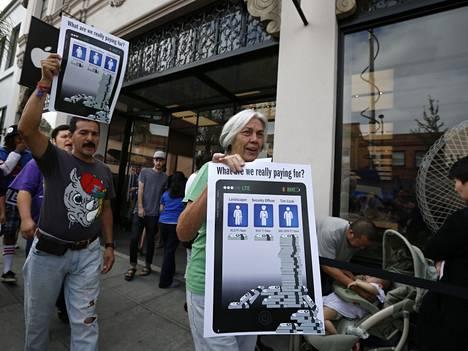 Palvelualan työntekijöiden mielenosoituksessa nostettiin esiin Applen toimitusjohtajan Tim Cookin saama korvaus.