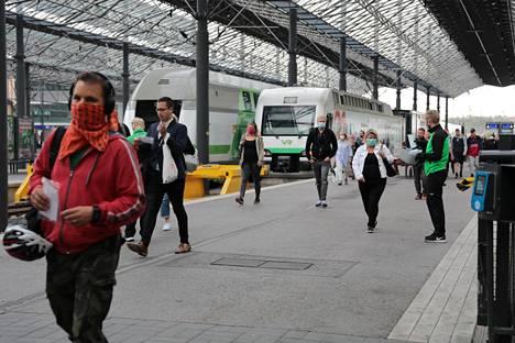 Terveyden ja hyvinvoinnin laitos (THL) suosittelee käyttämään kasvomaskia joukkoliikenteellä matkustaessa.