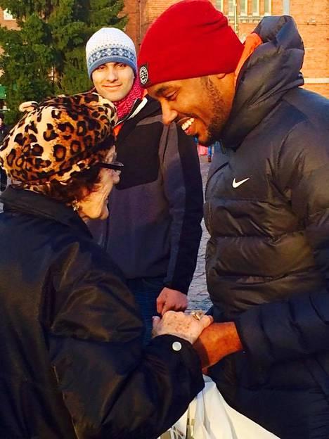 – Tämän rouvan kohtaamisesta jäi hyvät muistot mieleen. Mummot on aitoja ja ihania, Said Ahmed kertoi Facebook-päivityksessään.