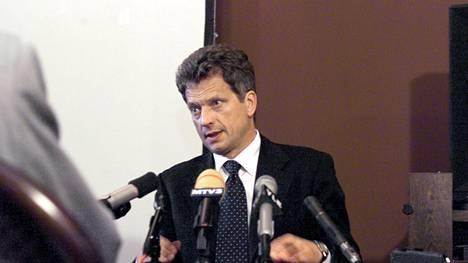 Valtiovarainministeri Sauli Niinistö budjetti-infossa säätytalolla vuonna 2000.