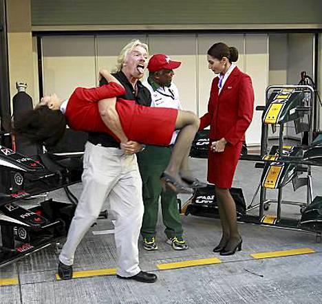 Richard Branson pelleili AirAsian lentoemännän kanssa hävittyään vetonsa.