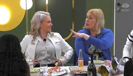 Sanna Ukkola viihtyi talossa muun muassa Petra Ollin kanssa.