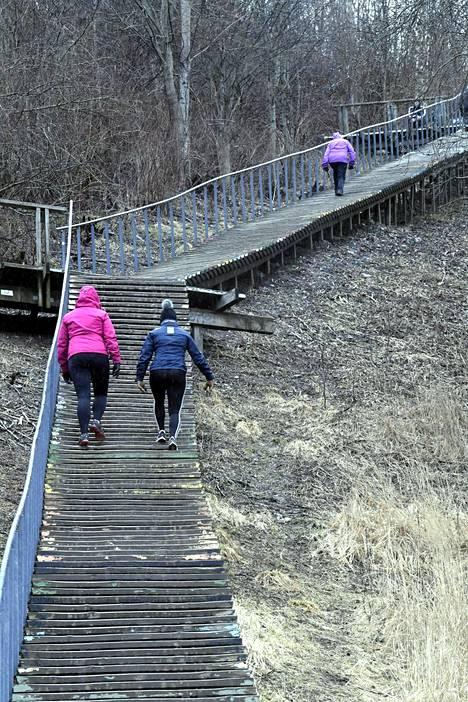Kuntoilijoita Helsingin Malminkartanon portaissa 18. maaliskuuta.