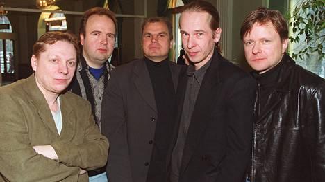 Olli Heikkinen on kuvassa toinen vasemmalta. Muut yhtyeen jäsenet kuvassa ovat Heikki Salo vasemmalla ja Heikkisen oikealla puolella Ari Laaksonen, Matti Nurro ja Jarmo Hovi.