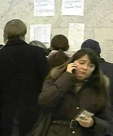 Omaisia kerääntyi varhain lauantaiaamuna Permin sairaalaan tiedustelemaan, oliko läheisiä loukkaantuneiden joukossa.