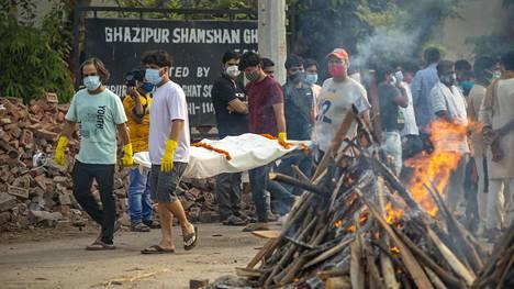 Koronavirustapauksia on ollut Intiassa niin paljon, että ruumiit on jouduttu polttamaan ilman sen suurempia seremonioita.