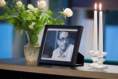 Uuden päivän studion lämpiön pöydällä on Antti Majanlahden kuva, ja sen vierellä kukkia ja kynttilöitä.